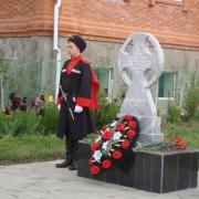 Памятный знак «Казакам-добровольцам Гулькевичской казачьей сотни»