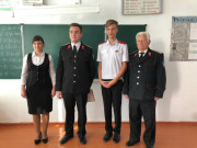 Атаману школы вручили значок «Отличник казачьей учебы»